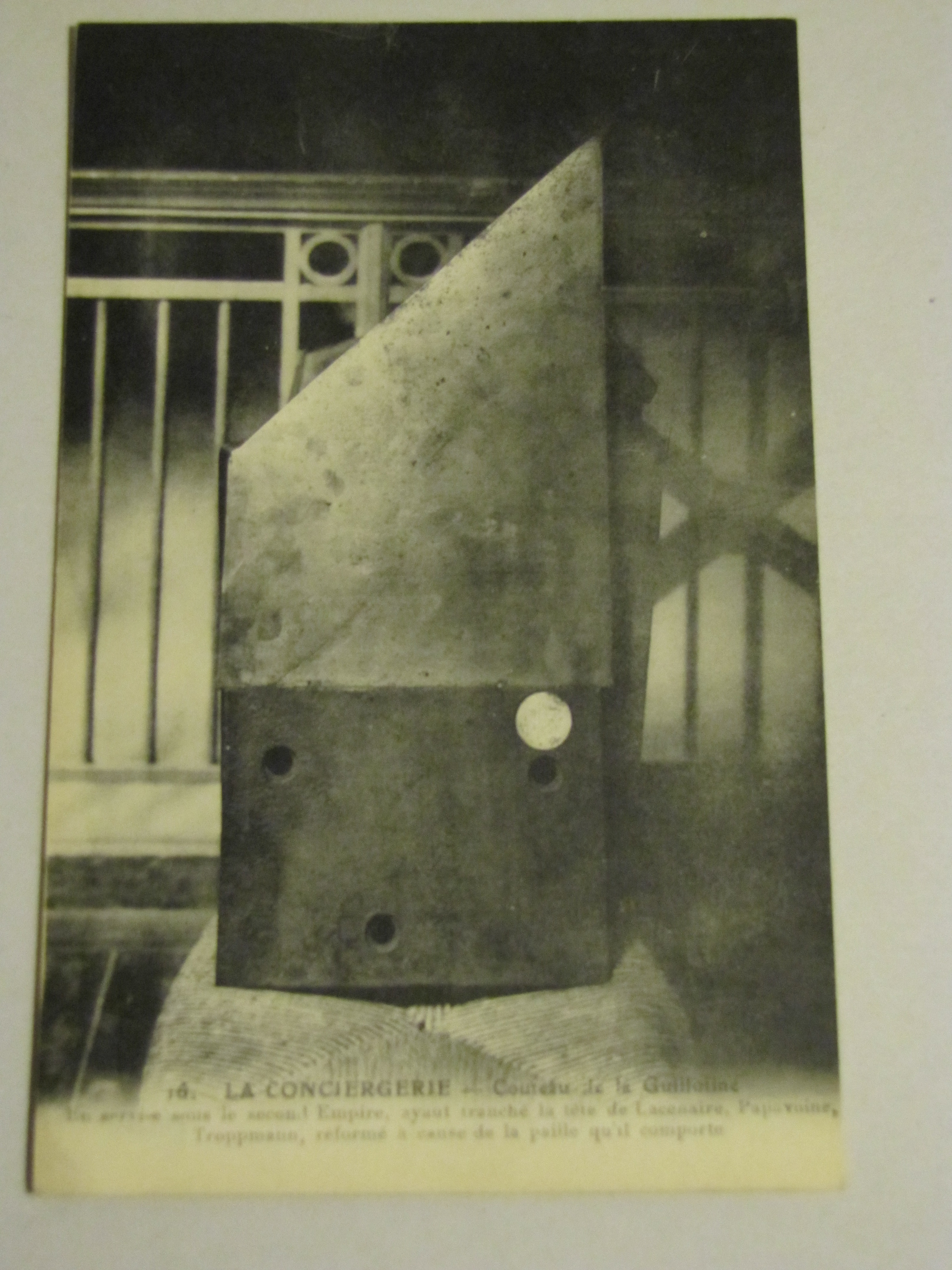 Fallbeil auf einer historischen Ansichtskarte, Sammlung Kirchschlager